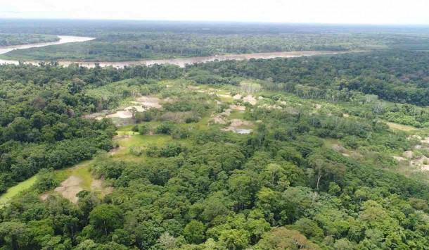 Vista de bosque amazónico desde dron haciendo patrullaje.